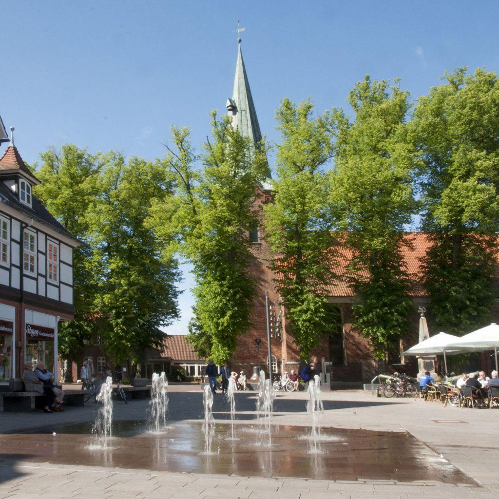 2880px-Der-Marktplatz-in-Bad-Bevensen-mit-Blick-auf-die-Dreikoenigskirche